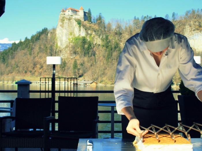 Slovinsko - Příprava tradičního Bledskéjho krémového koláče - SAVA Hotels & Resorts / foto: dovolenkářka