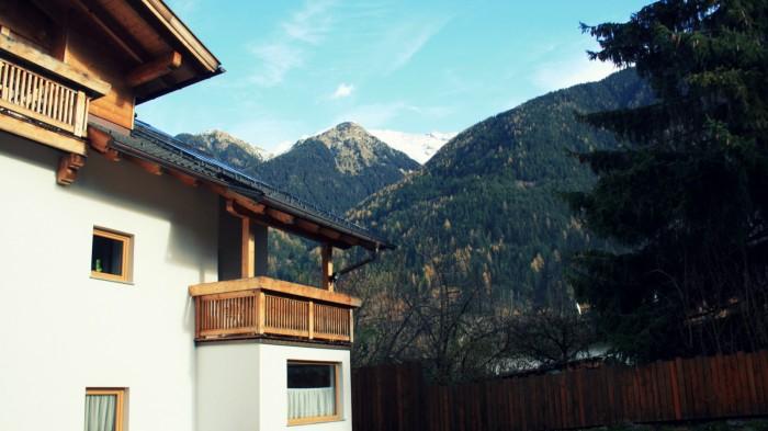 Landhaus - Umhausen - pohled na náš balkón a výhled na hory / foto: Petra Švehlová Stowasserová